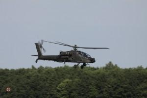 Verrassing van Defensie. Fly by van een Apache